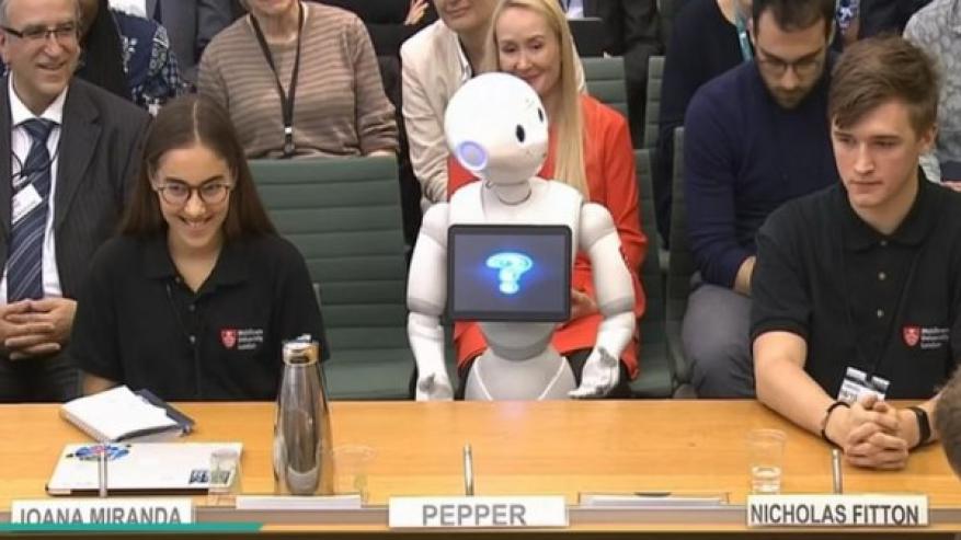 فيديو: لأول مرة.. روبوت يقدم شهادته أمام البرلمان البريطاني