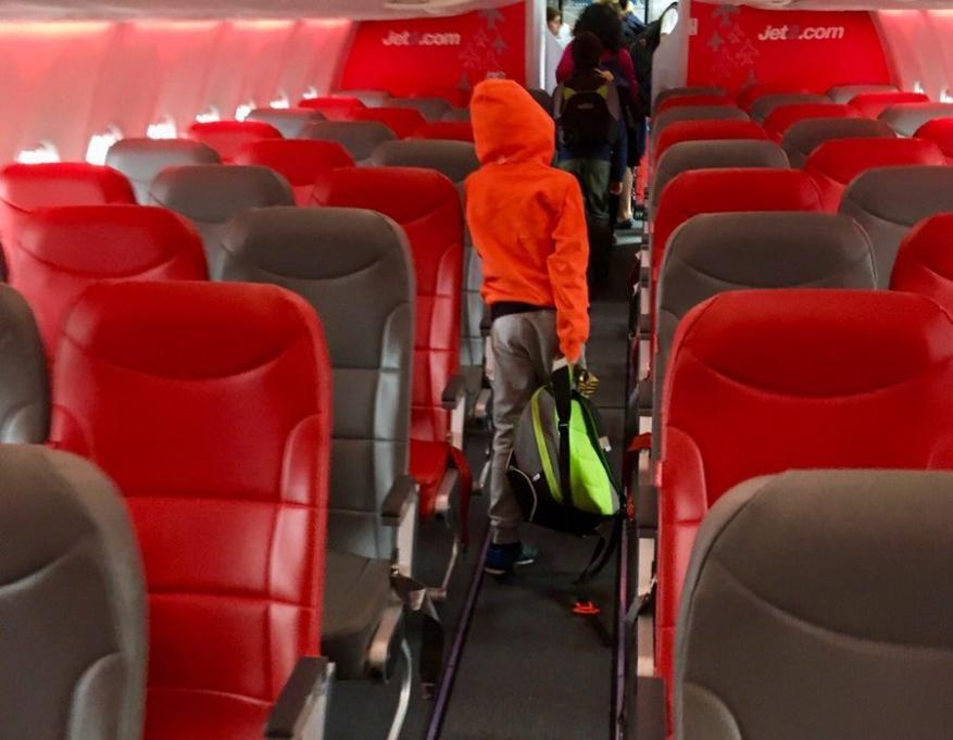 طائرة ركاب تهبط اضطراريا.. والسبب القهوة والشاي!