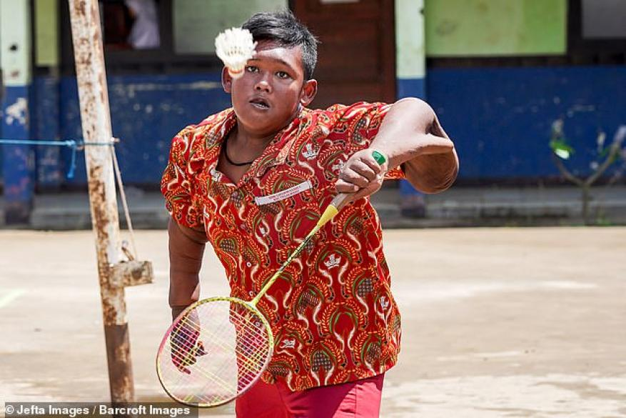 12089944-6906589-Arya_can_now_play_badminton_with_his_friends_but_his_loose_arm_s-a-2_1554910493062