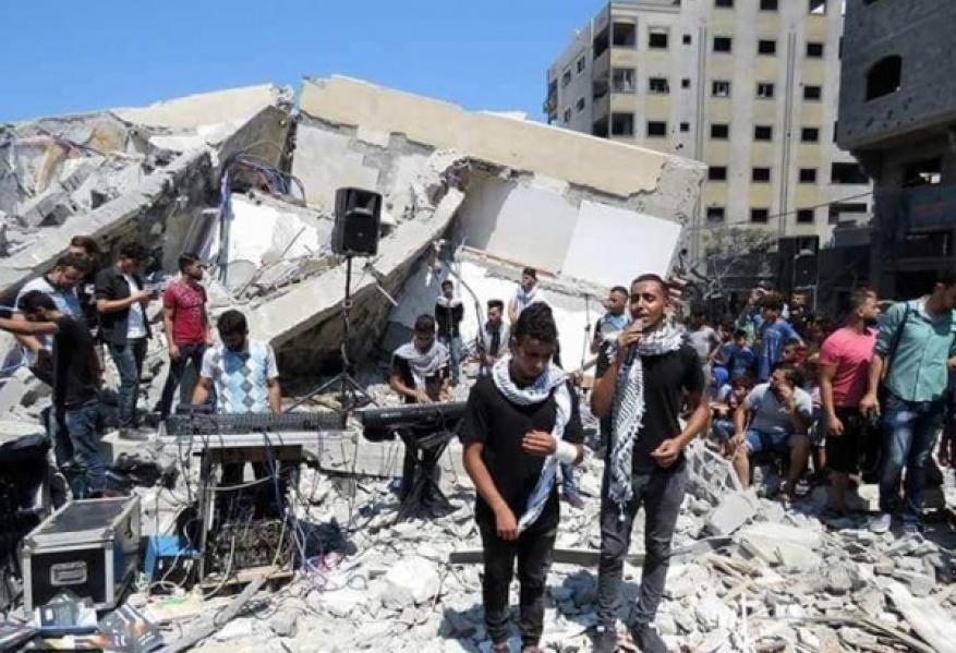 شاهد: فنانون من غزة يصدحون بأنغام موطني على أنقاض مؤسسة المسحال