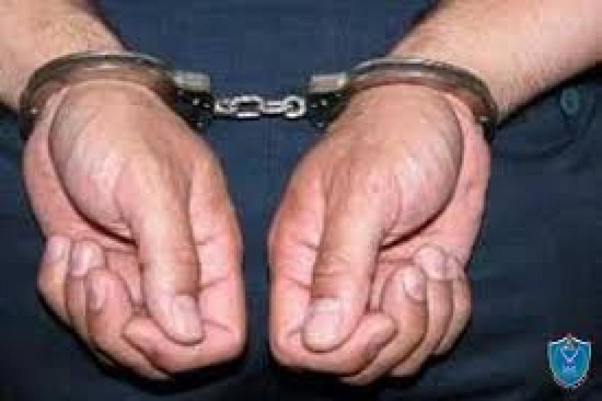 الشرطة تلقي القبض على شخص بحوزته ماده يشتبه انها مخدره بطوباس