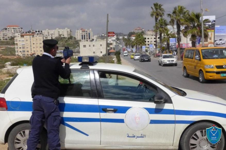 مواطن يسلم مركبة ابنه غير القانونية للشرطة في الخليل