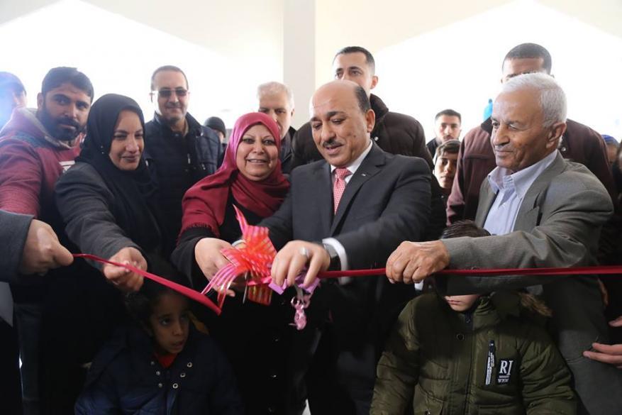 الوزير الحساينة يسلم شقق سكنية للأسر الفقيرة في قطاع غزة