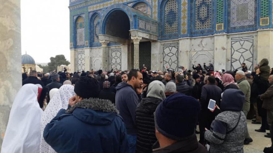 الاحتلال يُغلق بوابات الأقصى ويُحاصر المُصلين