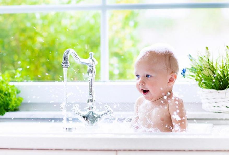 ما هو الوقت المناسب لحمام طفلي؟