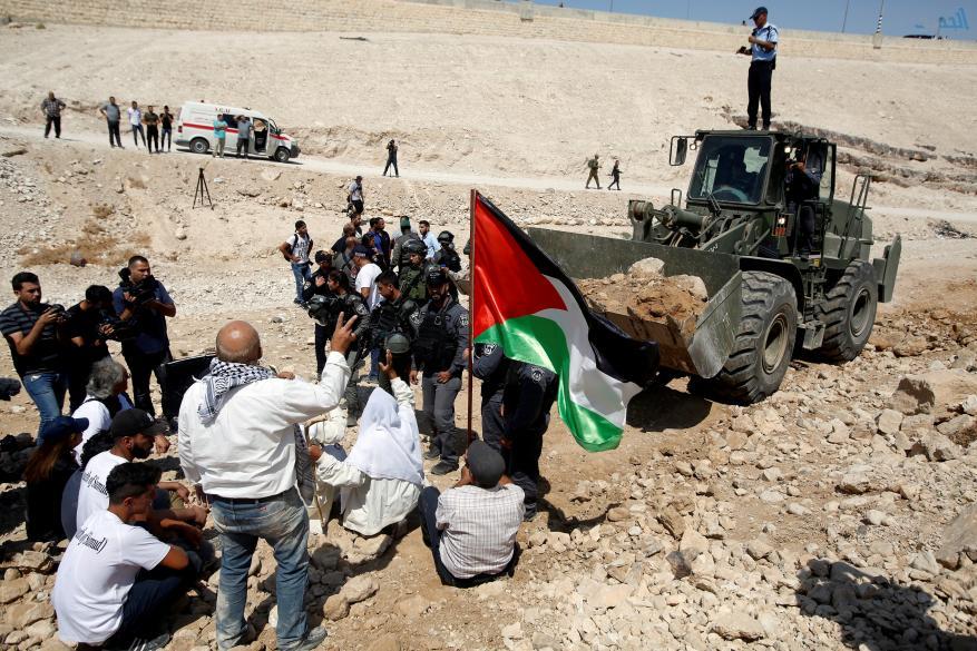 صور.. قوات الاحتلال الإسرائيلى تعتدى على فلسطينيين بقرية الخان الأحمر بالقدس