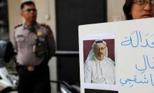 شاهد: فيديو مسرب لأحد أعضاء فريق اغتيال خاشقجي وهو يخرج من السفارة مرتديا ملابس جمال ونظارته 