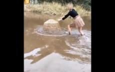 فتاة تصطاد ثعبانًا بطريقة مدهشة