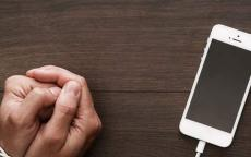 أعراض التخلي عن الهاتف الذكي كوقف تعاطي المخدرات.. دراسة