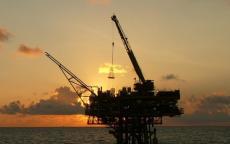 النفط يرتفع بعد تصريحات باستمرارية تعاون المنتجين