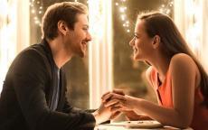 7 علامات تدلّ على أن زوجك يحبّك بجنون