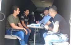 المركز المتنقل للشرطة يستقبل بلاغات وشكاوى المواطنين في أسواق مدينة الخليل