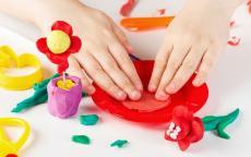 كيف تصنعين صلصال مع طفلك؟