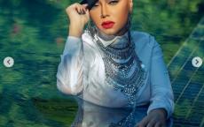 صور:ملابس رسمية وقبعة داخل حمام سباحة.. رانيا يوسف تفاجئ جمهورها بـ(زي محتشم) بعد أزمة الفستان