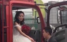 بالفيديو| عريس ينقل عروسه إلى حفل زفافهما بـ