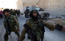 الاحتلال يعتقل مواطنين في الخليل ويُغلق مدخل مخيم الفوار