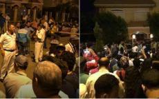 أحدهم ترصد صلاح ونشر عنوانه بالتفصيل ثم بدأ الناس يتهافتون.. مشجعون يحتشدون عند منزل لاعب المنتخب والشرطة تتدخل (فيديو)
