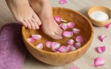 10 نصائح لنعومة وتفتيح بشرة القدمين
