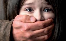 اعتاد على اغتصاب ابنته لمدة 4 سنوات بعد وفاة زوجته