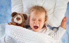 أسباب بكاء الطفل أثناء النوم في عمر السنة