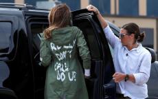 ترامب يحاول فك شفرة عبارة كتبت على ظهر زوجته!
