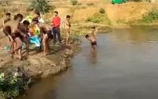 شاهد لحظة غرق 4 مراهقين أثناء تغسيل آلهتهم