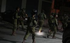 قوات الاحتلال تعتقل شابين شرق نابلس