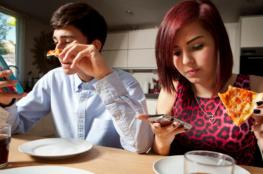 لهذا السبب احذر من استخدام هاتفك أثناء تناول الطعام