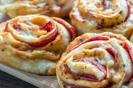 طريقة عمل بيتزا رول بحشوة الجبنة والفلفل