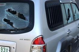 مستوطنون يخطون شعارات عنصرية ويعطبون سيارات بالقدس
