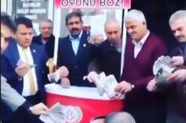 شاهد: بعد إنهيار الليرة.. الأتراك يحرقون الدولار الأمريكي
