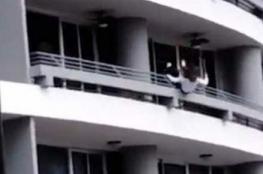 فيديو: بسبب سيلفي.. سقطت من الطابق الـ27 بشكل مروع