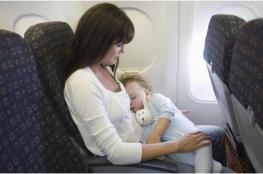 مُضيفة تمنع أمًا من إرضاع طفلها.. وانتقادات حادّة تطال شركة الطيران!