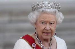 تصرّف غريب من ملكة بريطانيا.. وعدسات المصوّرين رصدته! (صورة)