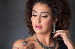 غادة عبد الرازق ترقص بفستانها الصيفي المكشوف