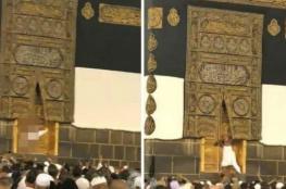 شاهد: مستغلاً الزحام.. حاج يحاول اقتحام باب الكعبة المشرفة