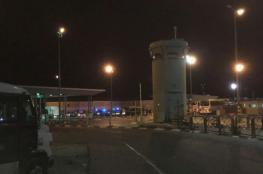 يديعوت: جنديان تحرشا بفلسطينيات وسرقا أموالهن على حاجز قلنديا شمال القدس