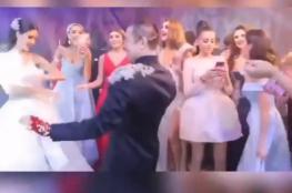 حادثة مضحكة: شاهدوا كيف تطايرت حشوات الصدر من داخل فستان امرأة خلال رقصها في عرس عربي