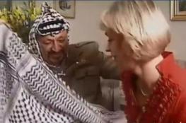شاهد: ماذا فعل أبو عمار عندما طلبت منه مذيعة أجنبية توشيحها بالكوفية الفلسطينية