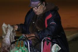 صور:اختارت الطلاق من أجلها.. (أم هريرة) سيدة مغربية تداوم على إطعام القطط بشوارع الرباط منذ 21 عاماً