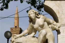 صور وفيديو: بمطرقة في اليد تسلّقها وشرع في تحطيم الرأس.. تمثال المرأة العارية بالجزائر يتعرض للتخريب لثاني مرة في أقل من سنة