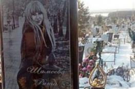 أب يبني مجسم كبير لهاتف آيفون على قبر ابنته الشابة