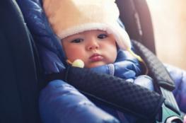 مشهد مدمرًا للأعصاب.. تقود سيارتها ورضيعها على السقف لا يرتدي سوى الحفاضة