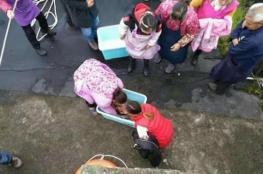 صور: صينية فقدت توازنها فسقط طفلها من يديها في المرحاض