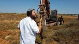 بحماية قوات الاحتلال..مستوطنون يحرثون أراضي جنوب نابلس