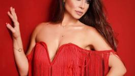 السندريلا اللبنانية دوللي شاهين تحتفل بعيد الميلاد المجيد بفستان احمر