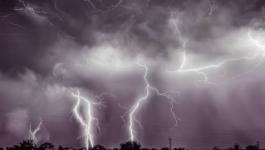 بالفيديو : عاصفة رعدية ومطرية شمال السعودية تقتلع أعمدة الكهرباء