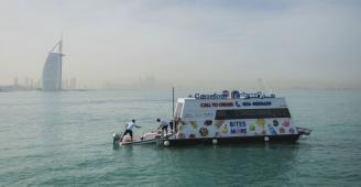 دبي تطلق أول سوبر ماركت مائي لتوصيل الطلبات.. متجر عائم يعرض 300 صنف من الوجبات ويعمل على مدار 6 أيام أسبوعياً