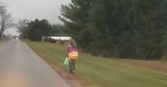 طفلة تسير أميالاً في البرد وممنوعة من ركوب الحافلة! المدرسة عاقبتها وأبوها لقنها درساً لن تنساه، فماذا كان ذنبها؟