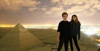 مصر تحقق في تسلق دنماركي الهرم والتقاط صور عارية مع صديقته